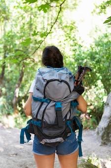 Vista posteriore della donna con lo zaino per godersi la natura