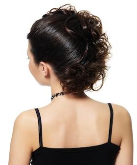 Vista posteriore di una donna con una bella acconciatura isolata su bianco