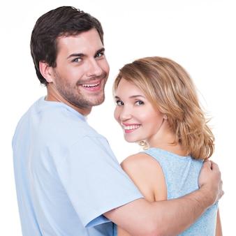Vista posteriore della giovane coppia in abbraccio in piedi