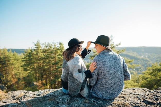 Вид сзади молодая пара на природе