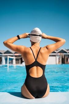 Молодая девушка в купальной одежде, вид сзади