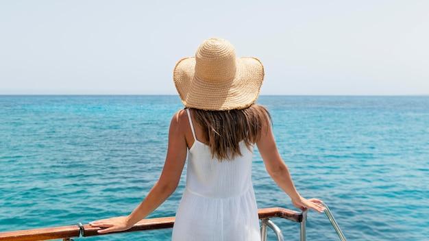 背面図海を見ている若い女性