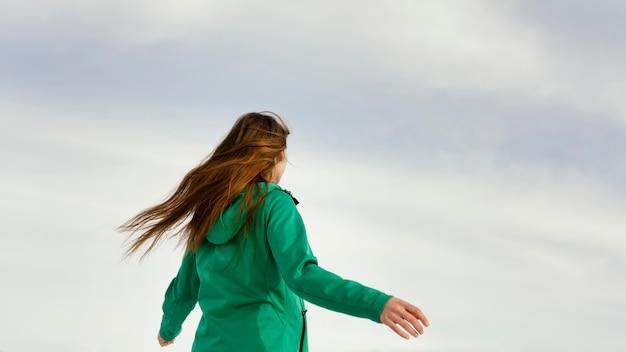 Giovane donna di vista posteriore in natura