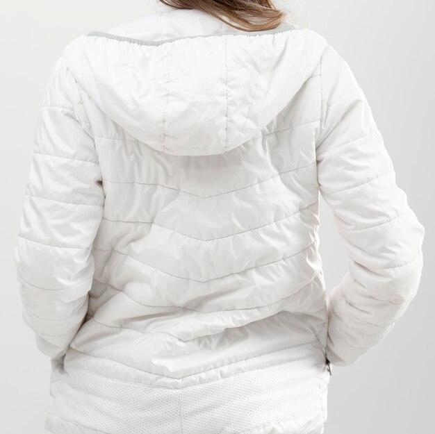Вид сзади молодая женщина в зимней одежде