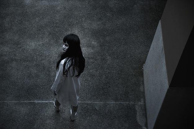 Назад женщина призрак ужас под строительство дома хэллоуин концепции
