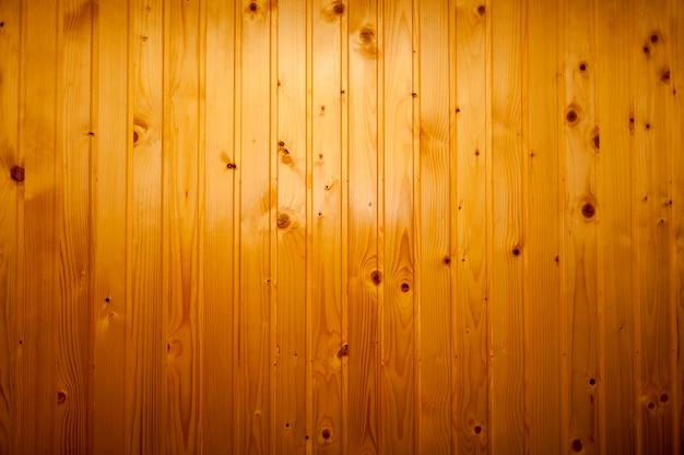 茶色のオレンジ色の漆塗りの木板で作られた背景の光沢のある仕上げの壁