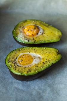 구체적인 배경에 계란 아보카도 백업
