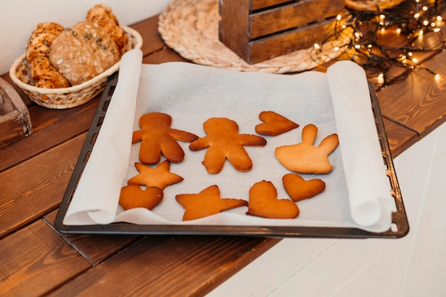 裏打ちされたクリスマスクッキーの品揃え