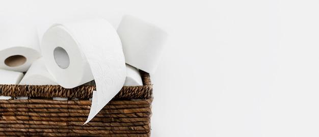 Backet con rotoli di carta igienica e copia-spazio