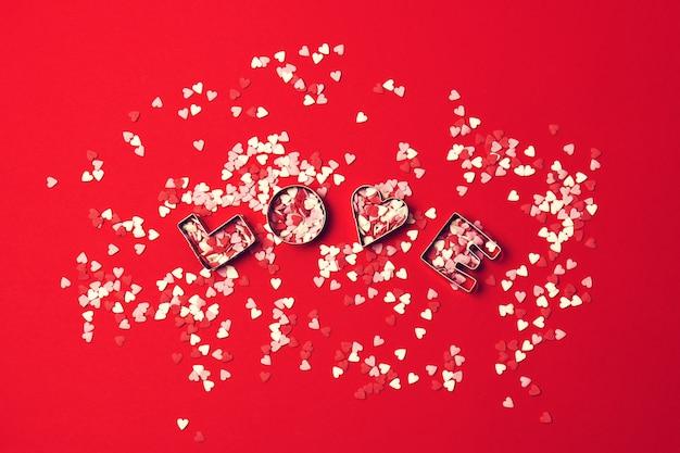 赤backgrou上の文字の愛と恋人との愛の概念
