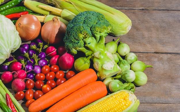 木製のテーブルに新鮮でおいしい、ヘルシーなバリス野菜の背景があります。