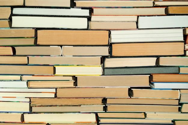 Фон - стена из книг разного размера.
