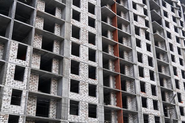 배경 - 건설 중인 다층 건물의 벽
