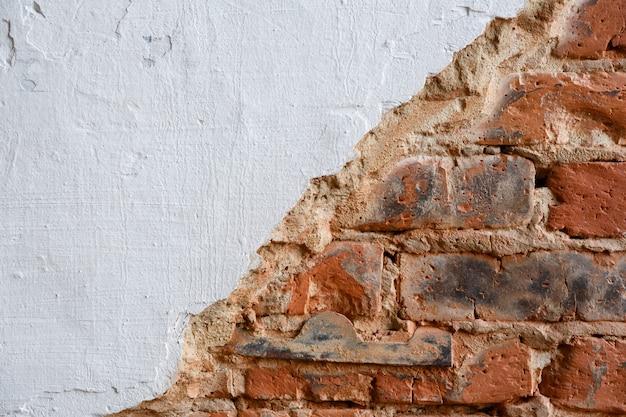 ペイントまたはハード パテで塗られた背景とテクスチャのレンガの壁