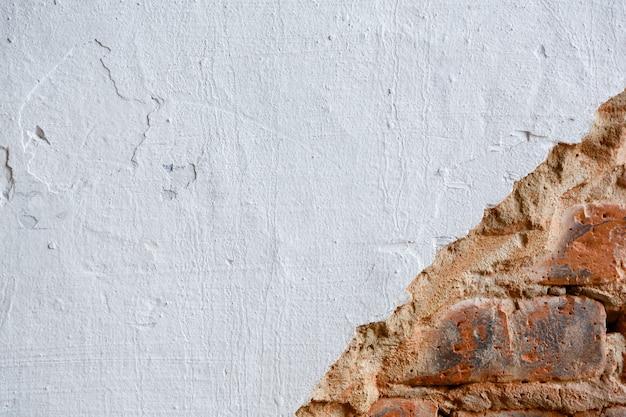 白いペンキまたはハード パテで塗られた背景とテクスチャのレンガの壁