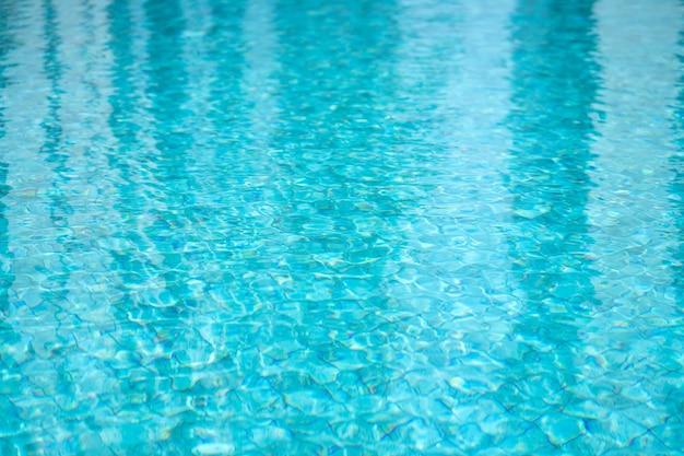 Фон и текстура воды в бассейне с синей плиткой.