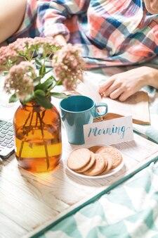 Фон - красивое уютное утро и девушка, читающая книгу