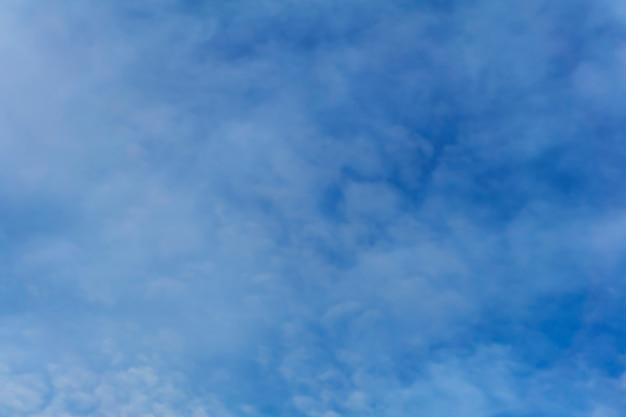 背景-白い巻積雲と青い日の空