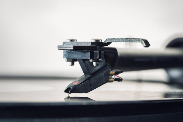 Фон картридж для виниловых пластинок крупным планом. тонарм со звукоснимателем. скопируйте пространство.