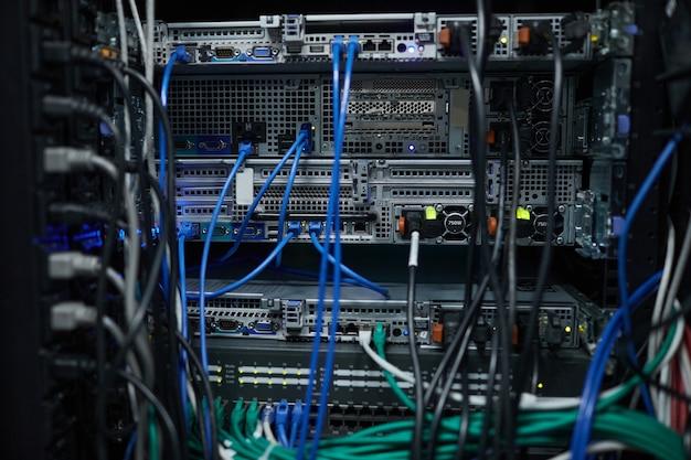 데이터 센터에 케이블과 전선이 있는 서버 캐비닛의 배경, 슈퍼컴퓨터 개념, 복사 공간