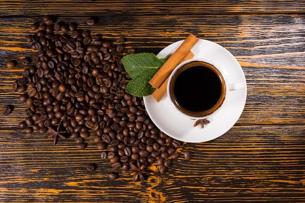 木製のテーブルの上のコーヒー豆で構成される背景
