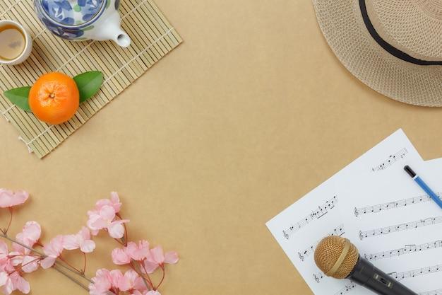 Выше зрения китайский и лунный новый год с нотной записью ноты концепции background.copy пространство для творческого текста дизайна или шрифта. разнообразные объекты на современном деревенском коричневом деревянном столе в домашнем офисе.