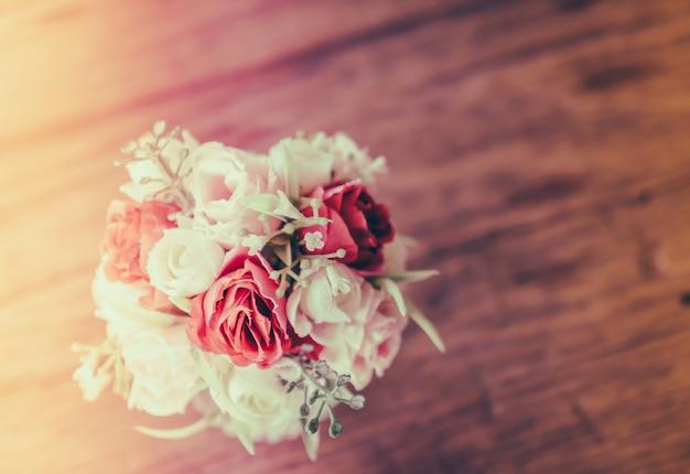 背景の日の新鮮な花瓶テラス