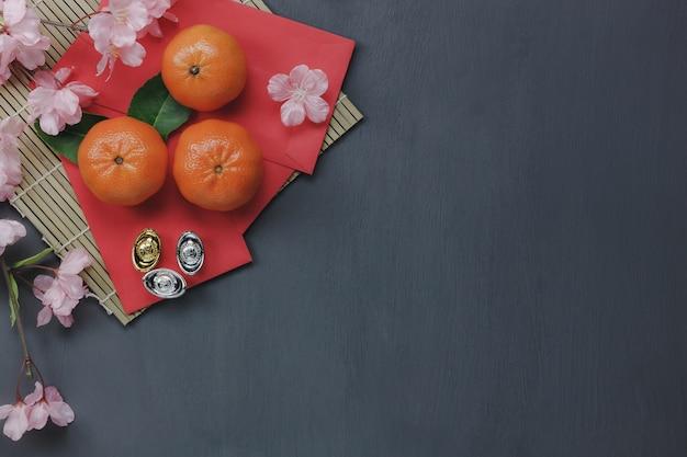 Вид сверху элементов для китайского с новым годом концепции background.different основных аксессуаров на современном деревенском столе домашний декор. микс объектов для фестиваля season.free пространство для творческого дизайна.