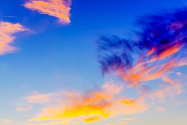 背景-明るい色とりどりの雲と夕方の空