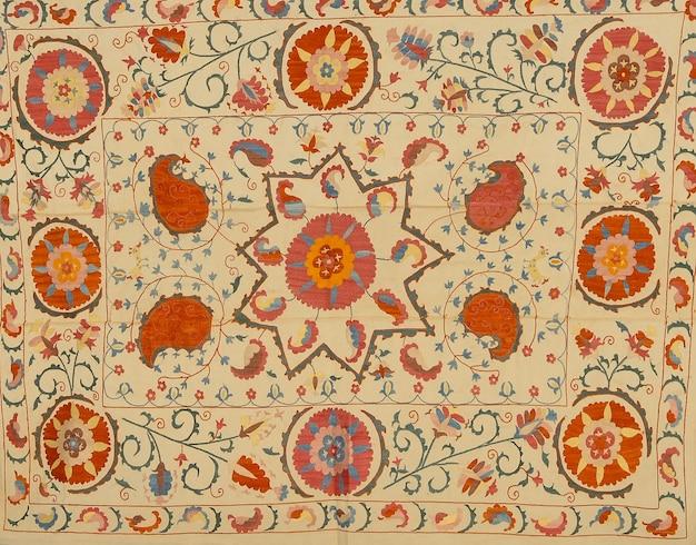Фоновые ткани и текстиль с красочными восточными декоративными орнаментами и узорами