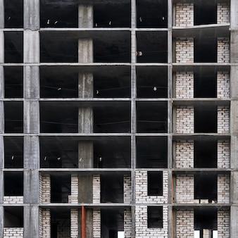 배경 - 건설 중인 다층 건물의 외관