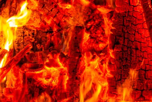 背景-暗闇の中で燃えている石炭の炎