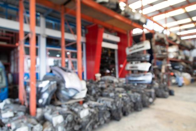 バナーデザインの背景。古い自動車部品倉庫店の中古スペアパーツのぼやけた写真。