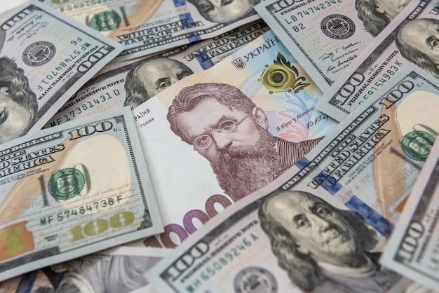미국 달러와 우크라이나 흐 리브 냐의 디자인 지폐에 대 한 배경. 환전소