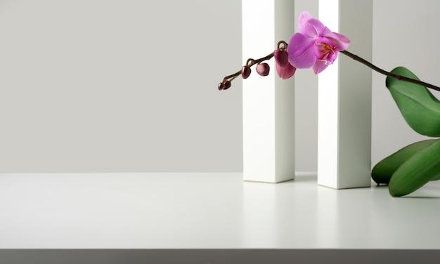 기하학적 장식, 흰색 기둥 및 큐브, 난초 꽃이있는 상품, 화장품, 광고 및 템플릿의 프리젠 테이션 배경.