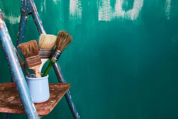 アパートの修理や壁画についてのテキストの背景。