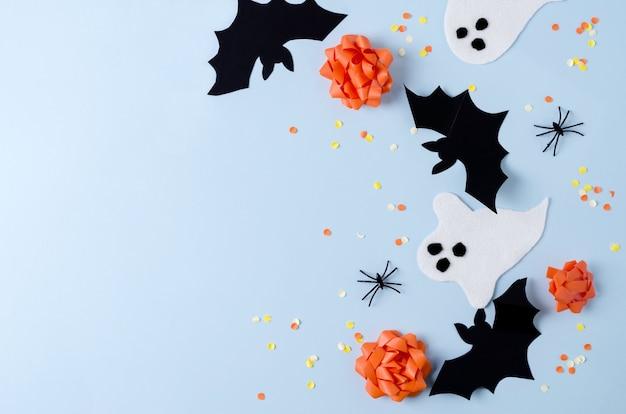 休日のハロウィーンの背景。休日の属性コウモリ、クモ、面白い幽霊、テキストのコピー、フラットレイ