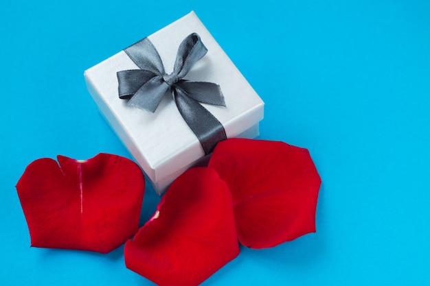 발렌타인 데이와 3 월 8 일, 장미 꽃잎과 하트 배경