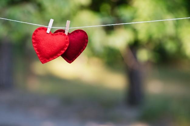 Фон для дизайна дня святого валентина. пара красных сердечек