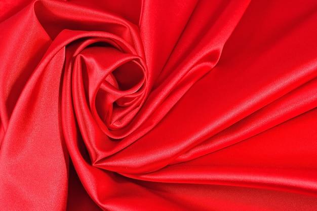 Фон из красной атласной ткани с живописными складками