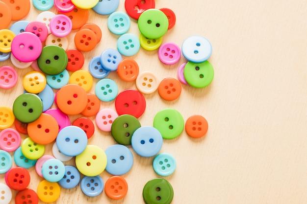 さまざまな色のボタンからの背景。高品質の写真