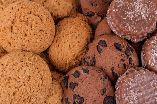 さまざまな甘いクッキーの背景。オートミールクッキーとチョコレート。上面図のクローズアップ