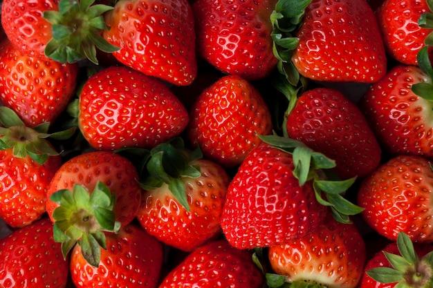 갓 수확 된 딸기의 배경