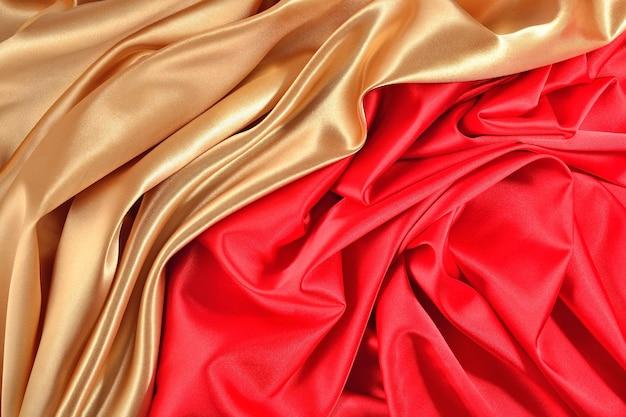 Фон из золотисто-красной атласной ткани с живописными складками