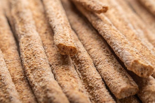 이탈리아 전통 호밀 빵 grissini의 배경입니다. 선택적 초점.