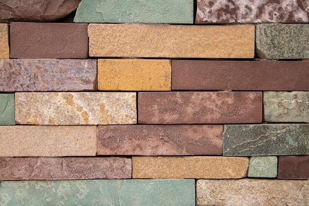 Фон из разноцветных горизонтально уложенных камней. каменная текстура.