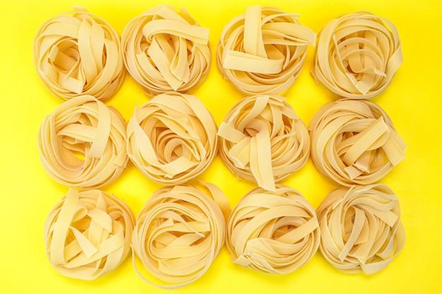 Фон из макарон. натуральный продукт для приготовления макарон.
