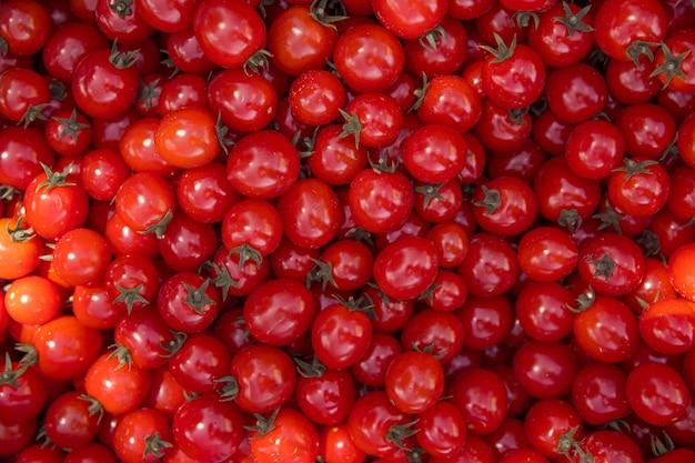 化学なしで栽培された赤い完熟トマトからの背景