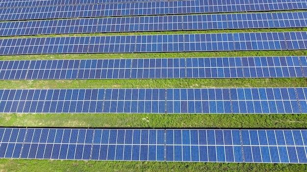 태양 전지 패널과 푸른 잔디에서 배경입니다.
