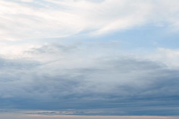 Фон из облачного неба длинные и вытянутые облака в небесно-голубом небе